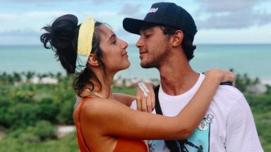 Rayssa Bratillieri e André Luiz Frambach olhando um para o outro