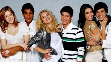 Elenco da banda Rebelde Brasil sorri e posa para fotos