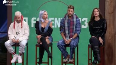 Gui Araújo, Aline Mineiro, Victor Pecoraro e Dayane Mello posam sentados nos banquinhos da Roça de A Fazenda 2021