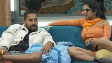 Bil Araújo e Mileide Mihaile conversam no sofá da sede de A Fazenda 2021 sobre Rico Melquiades