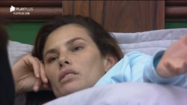 Dayane Mello está deitada na cama enquanto conversa com Solange Gomes sobre o caso envolvendo Nego do Borel e Duda Reis