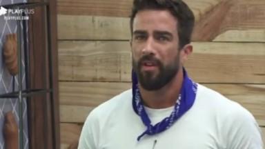 Erasmo Viana sério conversando com outros peoes sobre A Fazenda 2021