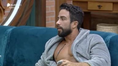 Erasmo Viana sentado no sofá conversa com Tiago Piquilo em A Fazenda 2021