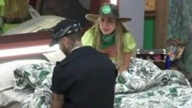 Erika Schneider conversa com Gui Araújo no quarto em A Fazenda e fala mal de Bil