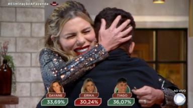 Erika Schneider abraça Tiago Piquilo ao ser eliminada em A Fazenda 2021