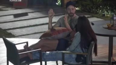 Rico conversa com Marina na parte externa da piscina