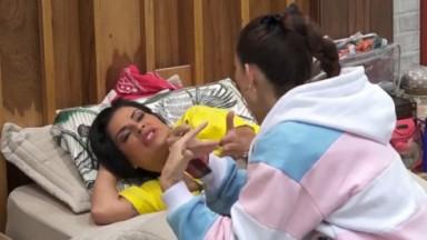 Solange Gomes e Dayane Mello conversam no quarto de A Fazenda 2021