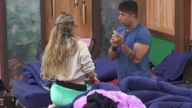 Tiago Piquilo conversa com Erika Schneider no quarto de A Fazenda sobre o voto dele na colega de confinamento