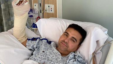 Buddy Valastro em leito hospitalar com mão enfaixada