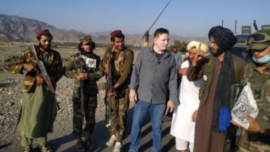 Roberto Cabrini com soldados Talibãs numa cidade do Afeganistão