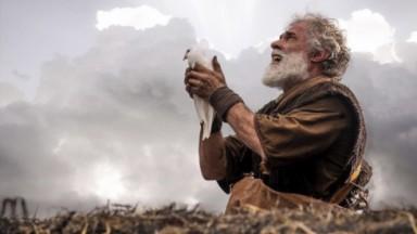 Cena de Gênesis, na Record, com Noé jogando uma pomba para fora da arca