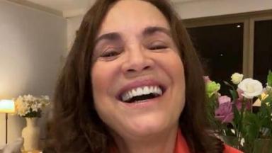 Regina Duarte sorri para foto postada no Instagram