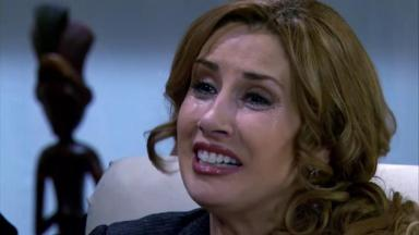 Regina cai no choro