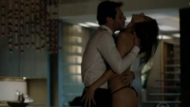 Rodrigo Lombardi e Alessandra Ambrosio em cena quente de Verdades Secretas