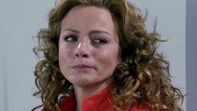 Renata chorando e com expressão de tristeza