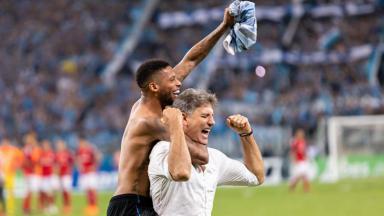 André e Renato Gaúcho abraçados