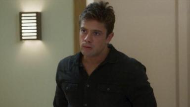 Renzo cerca vítima em banheiro de restaurante