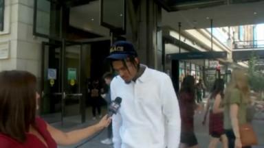 Repórter entrevistando Jordan Clarkson