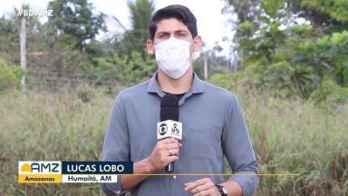 Repórter Lucas Lobo durante reportagem