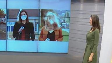Repórter fica descabelada no painel do estúdio, âncora percebe