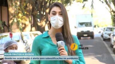 Mulher aparece à esquerda olhando para câmera; no meio, a repórter dá a informação, com o microfone na mão