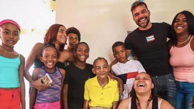 Ricky Martin com a população local