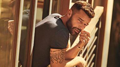 Ricky Martin debruçado em janela, posado para foto