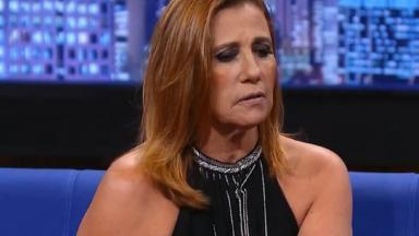Rita Cadilac sentada olhando para frente com olhar triste.