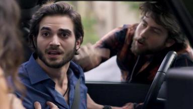 Ruy fala com Ritinha de dentro do carro enquanto que Amaro  implora para o amigo ir embora