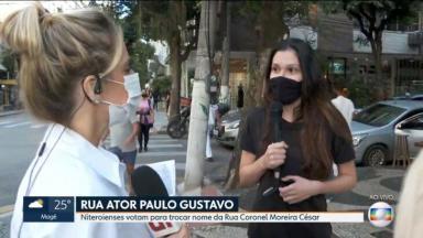 Flávia Januzzi olha para entrevistada, que segura o microfone