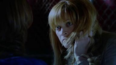 Fina olha com ódio para Roberta enquanto tenta se defender