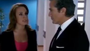 Roberta encara o pai enquanto fala