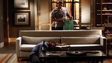Robertão de pé observa Leonardo caído no chão