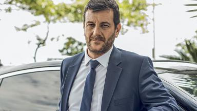 Roberto Birindelli encostado no carro