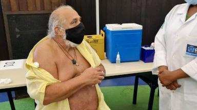 Roberto Bomfim após ser imunizado,com a camisa aberta