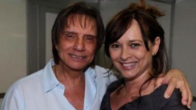 Roberto Carlos abraça Myrian Rios em encontro após show