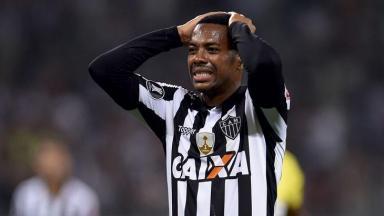 Robinho com a mão na cabeça, enquanto jogava pelo Atlético-MG