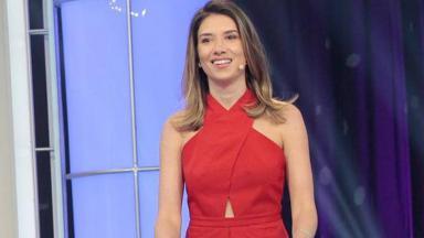 Rebeca Abravanel em pé, durante apresentação do Roda a Roda no SBT