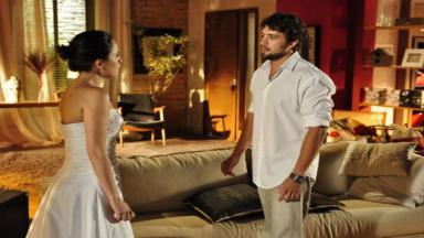 Rodrigo encara Ana vestida de noiva