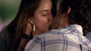 Ana e Rodrigo se beijando em A Vida da Gente