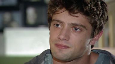 Rodrigo observa Eva enquanto conversam