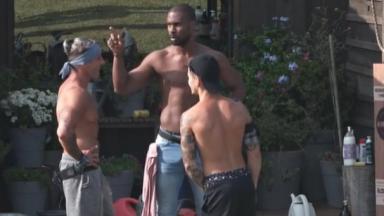 Rodrigo, Juliano e Biel na área externa da fazenda
