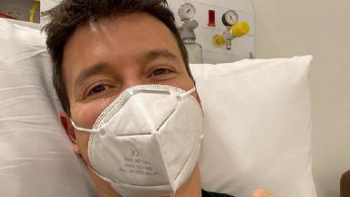 Rodrigo Faro deitado na cama de hospital