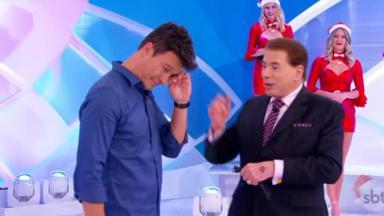 Rodrigo Faro chorando ao lado de Silvio Santos