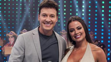 Rodrigo Faro e Victória Villarim posados no palco da Hora do Faro