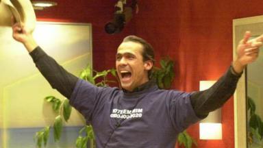 Rodrigo Leonel comemorando vitória no BBB2