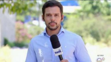 Romeu Neto segurando o microfone da TV TEM