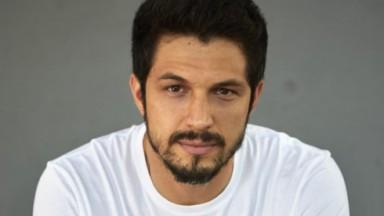 Romulo Estrela sério posando pra foto de camiseta branca
