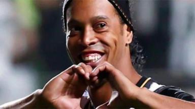 Ronaldinho fazendo coração