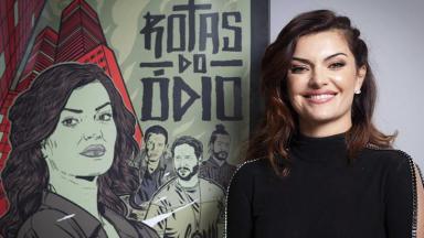 Mayana Neiva sorrindo ao lado do cartaz da série Rotas do Ódio
